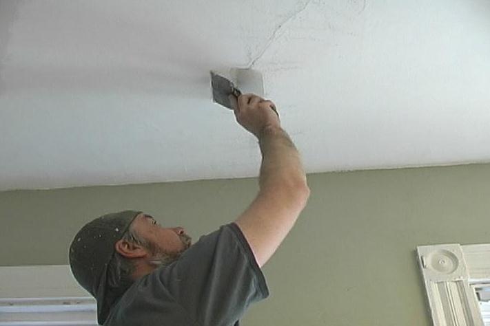 Заделать трещину на потолке своими руками